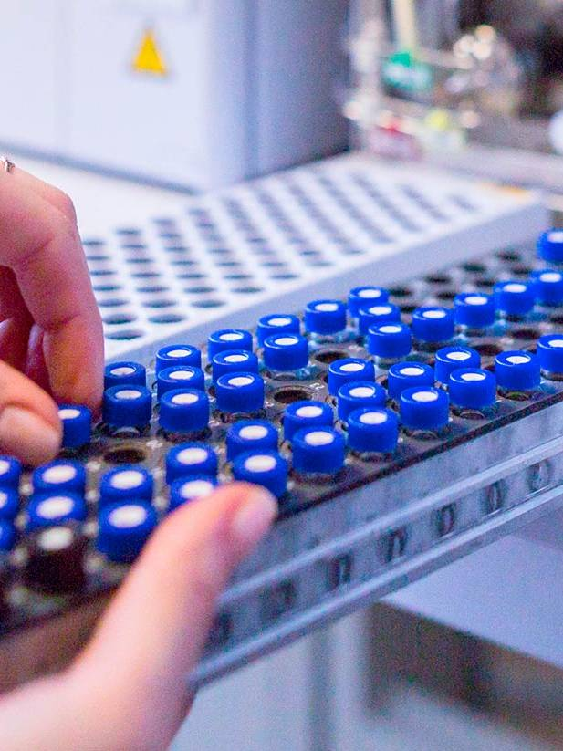Management of samples in a medical laboratory